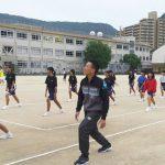 ソフトテニス部の中学生にストレッチ&ウォーミングアップの指導【動画】